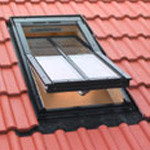 Окно FAKRO с декоративной планкой