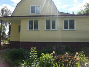 Объект № 52. Обшивка дома сайдингом, монтаж водосточной системы, цокольного сайдинга