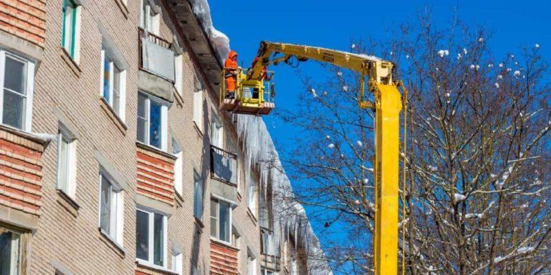 Очистка кровли от снега и наледи в Москве и Московской области